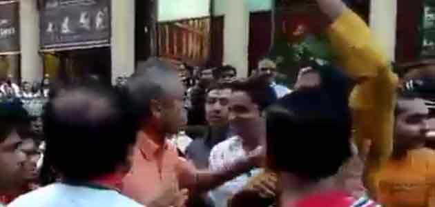 A video on Facebook shows the scuffle between senior journalist Rajdeep Sardesai and a fan of Narendra Modi at Madison Square ground in New York.